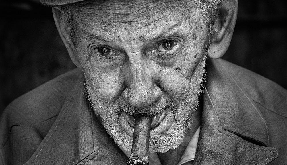 oude man met sigaar